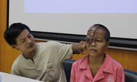 Cô gái mang khuôn mặt dị dạng và 16 năm rong ruổi cùng cha đi cầu cứu bác sĩ