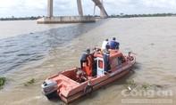 Cảnh sát lặn tìm thi thể thanh niên nhảy cầu Rạch Miễu tự tử