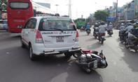 Tông taxi ngã ra đường, người đàn ông bị xe máy cán qua người