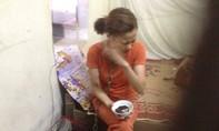 Bữa cơm đẫm nước mắt của người vợ bị chồng xích cổ