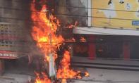 Bảng hiệu quảng cáo cháy ngùn ngụt trên đường