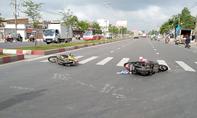 Xe máy tông nhau, cô gái bị hất văng trên đường