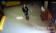 Clip: 'Phật tử' giả vào chùa trộm tiền công đức