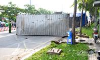 Thùng container rơi đè xe buýt, hàng chục người kêu cứu