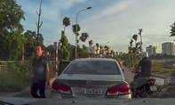 Clip: Tài xế quên kéo thắng tay, ô tô 'tự lái' trên đường