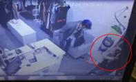 Clip 3 mẹ con quỳ lạy tên cướp trong shop thời trang