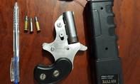 Nam thanh niên rút súng đòi bắn cảnh sát đặc nhiệm