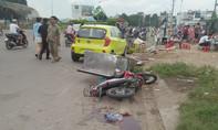 Ô tô và xe máy rượt đuổi nhau, lao vào đám đông trên đường