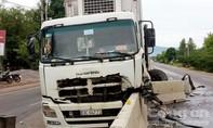 Xe đông lạnh tông xe tải rồi lao vào dải phân cách