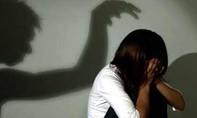 Bé gái 4 tuổi bị gã hàng xóm hiếp dâm phải mổ cấp cứu