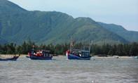 Nhiều tàu cá ở Quảng Bình bị sóng lớn của bão số 2 đánh chìm