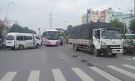 Xe tải tông xe trung chuyển xoay ngang đường, hành khách la hét