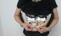 Một phụ nữ bị bắt vì buôn lậu 102 chiếc iPhone vào Trung Quốc