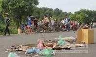 Dân mang hàng trăm vỉ ruồi ra đường chặn xe rác