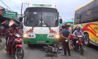 Xe đưa rước công nhân 'nuốt' xe máy, người đàn ông thoát chết