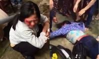 Phút kinh hoàng của 2 phụ nữ bán tăm bị dân làng vây đánh vì nghi bắt cóc