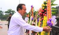 Phó Thủ tướng Trương Hòa Bình dâng hương ở tượng đài Mẹ việt Nam anh hùng
