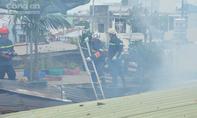 Nhà dân bốc cháy ngùn ngụt trong khu dân cư