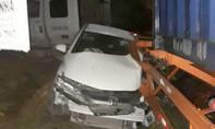 Xe container đi vào đường cấm tông ô tô, 3 người suýt chết