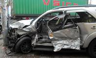 Xe container tông ô tô văng trúng cột điện, 4 người thoát chết