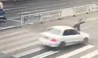 Clip: Né xe rửa đường, cô gái bị ô tô húc văng