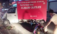 Xe tải tông hai người đi xe máy văng vào lề đường