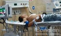 Thanh niên nghi 'ngáo đá' vào tiệm áo cưới chém người rồi tự đâm vào ngực
