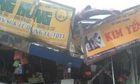 Clip: Cành cây gãy đổ ở quận 1 gây thiệt hại nhiều kiosk