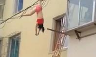 Clip: Người phụ nữ mặc nội y, treo lơ lửng trên dây điện