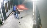 Clip hai thanh niên tạt sơn, mắm tôm vào nhà dân lúc nửa đêm