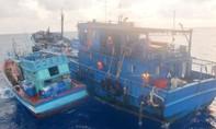 Cảnh sát biển bắt hai tàu cá chở hơn 300.000 lít dầu