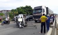Xe tải đâm xe con lật nhào ra đường, 4 người thoát chết
