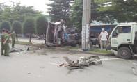 Tông xe máy, xe đầu kéo lao vào cột điện, 3 người thương vong