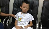 Bé trai 5 tuổi rơi từ lầu 1 xuống trúng hàng rào, nát cơ phần cổ