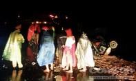 Bốn người thương vong sau cú xe buýt tông đuôi xe kéo