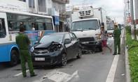 Ô tô tải đâm đuôi du lịch, 3 người thoát nạn trong gang tấc