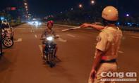 CSGT TP.HCM xử lý xe máy chạy sai làn trên đường Phạm Văn Đồng