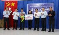 Phó Thủ tướng Thường trực Trương Hoà Bình thăm, tặng quà nhân dân xã Tân Lập