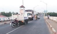 Truy tìm tài xế và phương tiện gây tai nạn chết người trên cầu Tân An