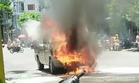 Xe ô tô 16 chỗ ngồi bốc cháy giữa trung tâm TP. Tuy Hòa, 6 người thoát chết