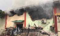 Cháy lớn tại nhà kho rộng hàng trăm mét vuông
