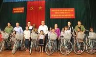 Phó Thủ tướng Trương Hòa Bình tặng quà học sinh nghèo