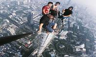 CLIP: 4 thanh niên chụp ảnh tự sướng trên toà tháp cao hơn 450m