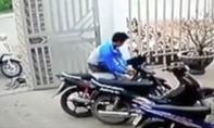 CLIP: Cận cảnh thanh niên ăn cắp xe máy giữa ban ngày