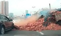 Clip: Xe chở gạch đổ xuống ô tô 4 chỗ
