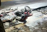 Xe máy bốc cháy trên đường 2 người bị thương nặng