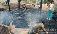 Cháy nhà sàn gỗ trong đêm