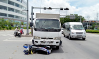 Xe tải húc người phụ nữ văng xa nhiều mét trên đại lộ