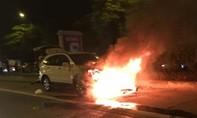 Ô tô kéo lê xe máy, bốc cháy ngùn ngụt trong đêm