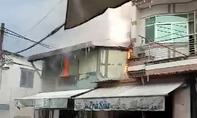 Sét đánh trúng trụ điện làm cháy nhà dân